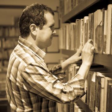 Juan Manuel Rodríguez Bocanegra perdido entre libros