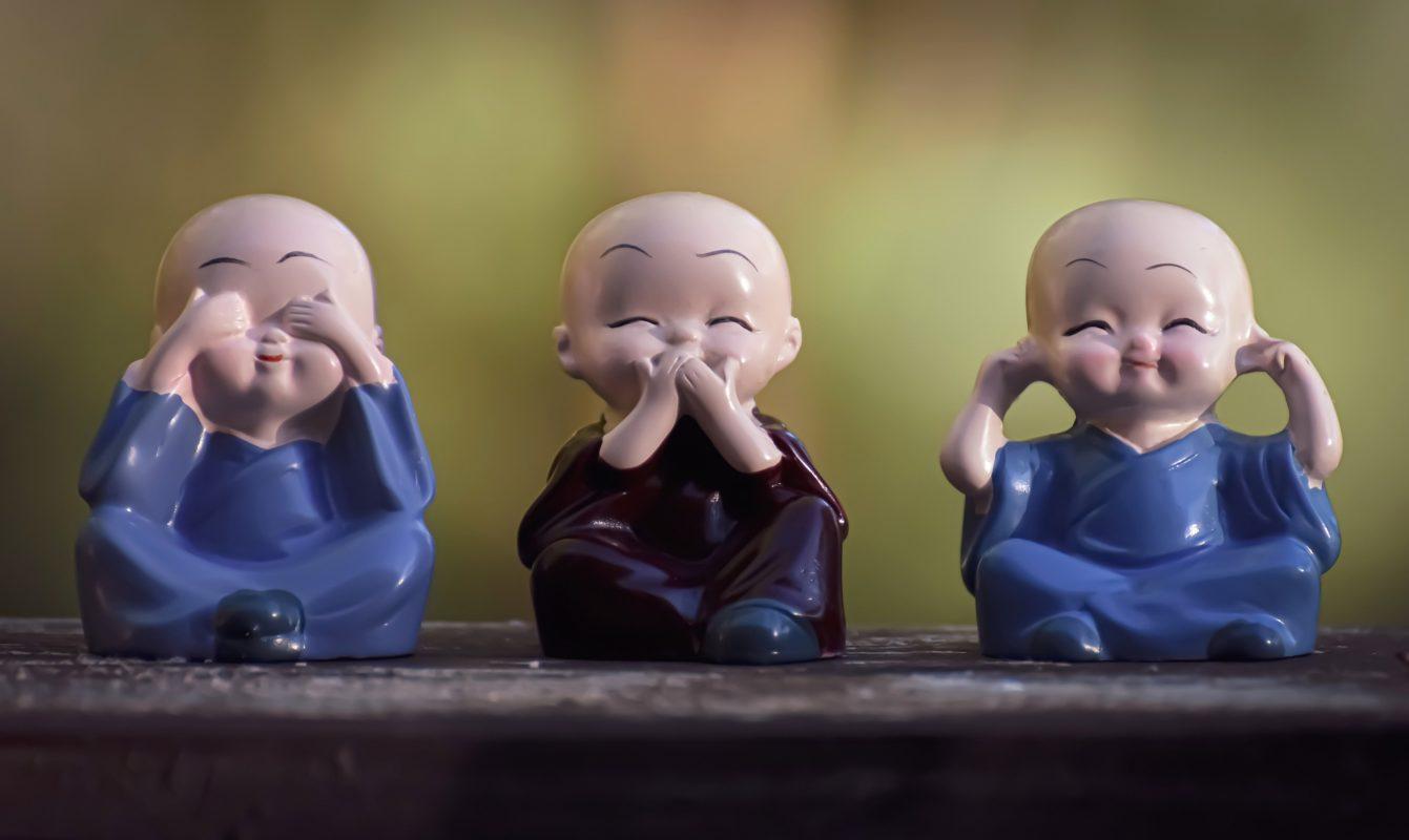 figurillas en cerámica tapando ojos, oídos y boca