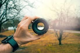 mirando a través de un lente