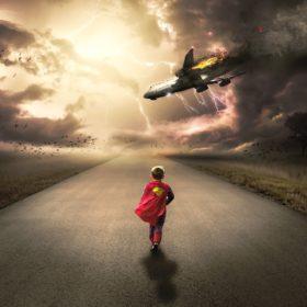 niño super héroe caminando