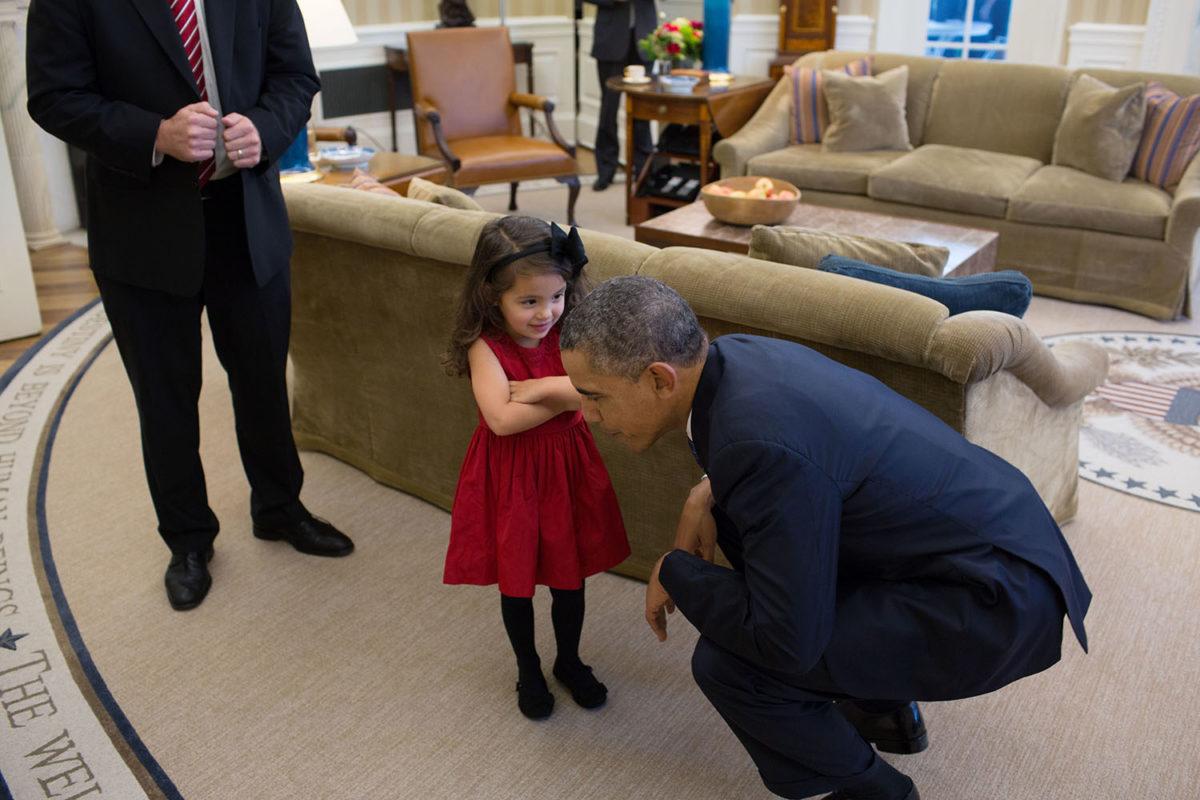 niña hablando con Barack Obama